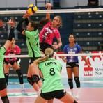 Auf Augenhöhe: In dieser Szene setzt sich VCW-Spielerin Tanja Großer (Nummer 4) im Angriff entschlossen durch. Am Ende haben die Wiesbadenerinnen in Münster aber denkbar knapp das Nachsehen. Foto: Detlef Gottwald