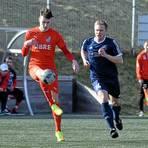 Marian Orzechowski (r.) und die SG Eschenburg haben sich mit einem Sieg über Haris Salcinovic (l.) und den TSV Steinbach II belohnt. Auf die Blauen wartet nun der Tabellenzweite FC Burgsolms.  Foto: K. Weber