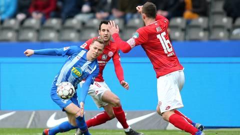 Levin Öztunali (Mitte) und Stefan Bell (r.) von Mainz 05 versuchen, Ondrej Duda von Hertha BSC zu stoppen.  Foto: dpa