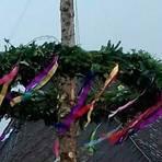 Aus der Weihnachtstanne wurde ein Maibaum, doch den haben Unbekannte einfach abgesägt.  Foto: Burkhard Schäfer
