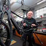 Friedrich Herrmann Wießner von Zweirad Wießner in Gladenbach baut in seiner Werkstatt ein E-Bike zusammen. Foto: Thorsten Richter
