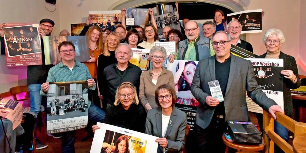 Zahlreiche Beteiligte rund um Peter Damm (2. Reihe, zweiter von links) sorgen einmal mehr für ein vielfältiges und hochkarätiges Programm der Licher Kulturtage.  Foto: Schultz