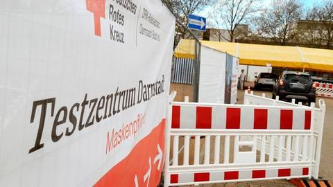 Für das Corona-Testzentrum am Messplatz suchte das Rote Kreuz in Darmstadt Mitarbeiter. Auf die Bewerbung einer Biologin erfolgte jedoch wochenlang keine Reaktion.  Foto: Andreas Kelm