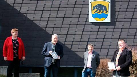 Ilse Pfeiffer, zuständig bei der Gemeinde für Gerichtssachen, und Bürgermeister Gernot Wege (2.v.r) verabschieden Gerd Ganzke (2.v.l.) und führen Michael Rein als neuen Ortsgerichtsvorsteher ein. Foto: Sascha Valentin