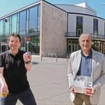 Regisseur Rüdiger Glaser (links) und der Vorsitzende der Volksbühne, Gerhard Baum, hoffen darauf, dass ihr traditionelles Weihnachtsmärchen wie geplant im Dezember im Wormser Theater stattfinden kann.  Foto: BilderKartell/Andreas Stumpf