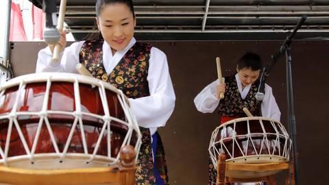 Der Koreanische Verein im Bezirk Darmstadt verschafft sich mit einer traditionellen Trommeldarbietung Gehör. Foto: Andreas Kelm   Foto: Andreas Kelm