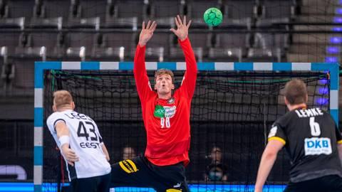 Wenig zu halten: Wetzlars Till Klimpke (M.) steht gegen Estland 1000 Sekunden m Tor der deutschen Nationalmannschaft. Foto: imago