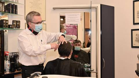 Da kommt ordentlich was weg: Friseurmeister Rainer Kilian verpasst FFH-Dummfrager Boris Meinzer bei der symbolischen Öffnung seines Salons um 0 Uhr den ersten Haarschnitt seit mehr als zehn Wochen. Foto: DigiAtel/Heibel