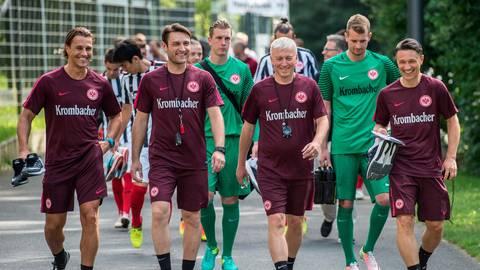 Kurze Hosen waren und sind sein Markenzeichen. Klaus Luisser (links) mit dem damaligen Trainerteam um Chefcoach Nico Kovac (rechts) auf dem Weg zum Training bei der Frankfurter Eintracht.  Foto: dpa