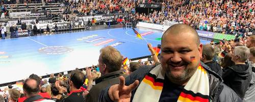 """""""Lucky"""" Cojocar lässt sich die Hauptrundenspiele der Handball-WM im Handball-Tempel Kölner Lanxess-Arena natürlich nicht entgehen. Foto: Cojocar"""
