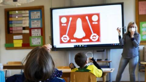 Lehrerin Angelika Wolff zeigt den Schülern, wie der Selbsttest korrekt durchgeführt wird. Die Neunjährigen befolgen die einzelnen Schritte. Nach einer guten halben Stunde ist alles vorbei. Foto: Wolfgang Bartels