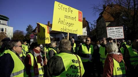 Die Demonstranten machten mit auffälligen gelben Westen, Trillerpfeifen, Sirenen und lauten Schlachtrufen auf sich aufmerksam. Fotos: Dickel