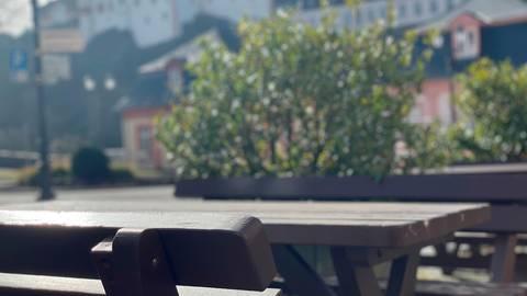 Leere Tische wie hier bei einem Restaurant in Weilburg mit Blick auf das Schloss - bei bestem Wetter. Wie steht es um die Gastronomie im Kreis? Foto: Mika Beuster