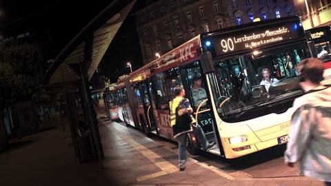 Nachts fahren in Mainz ab Freitag seltener Busse. Wegen des Coronavirus bleibt - anders als auf diesem Foto - die Tür beim Fahrer zudem geschlossen. Foto: Sascha Kopp