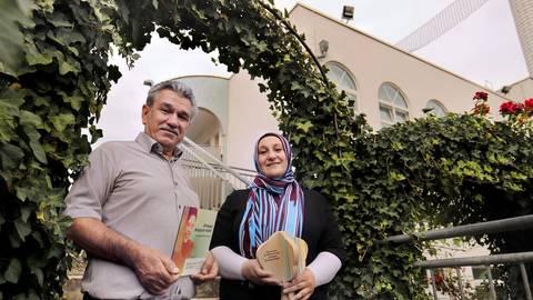 Der Vorsitzende des Türkisch-Islamischen Zentrums, Ragib Yazici, und Diplom Bau-Ingenieurin Senay Altintas freuen sich über die Auszeichnung. Foto: Andreas Kelm