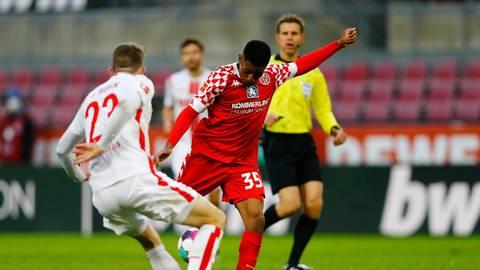 Der sitzt perfekt: Leandro Barreiro (Nummer 35) trifft in der Nachspielzeit zum Sieg für die Mainzer. Foto: dpa