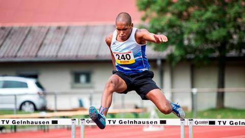 Der Bad Königer Patrick Lorenz (LG Odenwald) sichert sich den Hessenmeister-Titel über die 400-Meter-Hürden der Jugend U18.  Foto: Raphael Schmitt