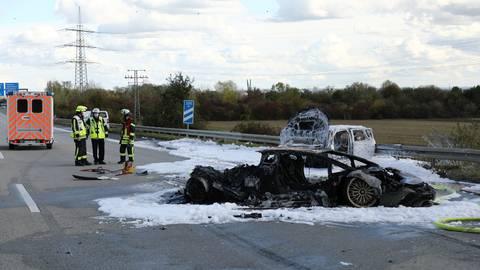 Ein Lamborghini und ein Skoda gingen bei dem Unfall in Flammen auf und brannten komplett aus. Aus dem Skoda konnte ein Mensch nur noch tot geborgen werden. Foto: 5vision Media