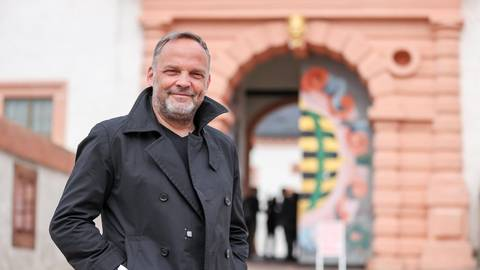 Dirk Neubauer, SPD-Bürgermeister von Augustusburg (Landkreis Mittelsachsen), vor dem Schloss seiner Stadt. Foto: dpa