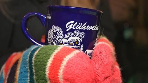 Eine Tasse mit Glühwein. Archivfoto: dpa
