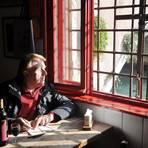 """Hanns-Josef Ortheil notiert seine Gedanken noch auf Papier. In der venezianischen Enoteca """"Osteria al Ponte"""" trinkt er einen leichten Merlot. Foto: Lotta Ortheil"""