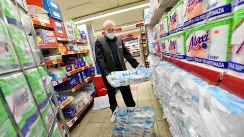 Joachim Kleiser, Leiter der Bretzenheimer Nahkauf-Filiale, füllt Vorräte auf. Klopapier ist noch reichlich auf Vorrat. Foto: hbz/Kristina Schäfer