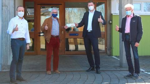 Spendenübergabe (v.l.): Vorstand Dirk Botzon mit Vincenz Heiliger (beide Lebenshilfe), Sparda-Bank-Filialleiter Michael Eichler und Jürgen Schwehn (Lebenshilfe).  Foto: Lebenshilfe Dillenburg