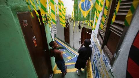 Auch die Kinder in Rio de Janeiro spielen gern Fußball und freuen sich über die geschmückten Gassen. Foto: dpa