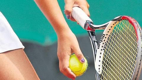 Ob und wann die Tennisspieler hierzulande zur neuen Medenrunde aufschlagen dürfen, ist offen.  Archivfoto: Herbert Krämer
