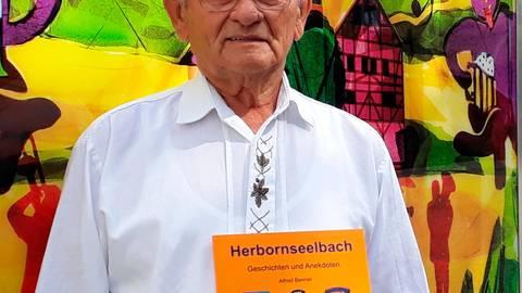 """Alfred Benner: Bunt wie das Leben sind die Geschichten aus seinem druckfrischen Buch """"Herbornseelbach"""". Foto: Martina Schmid"""