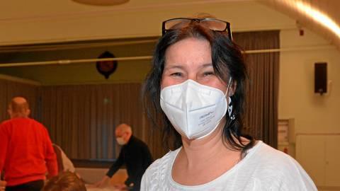 Trotz Maske blitzt das strahlende Lächeln von Stephanie Leonhard durch, die mit großer Mehrheit zur Ortsbürgermeisterin von Hochstätten gewählt wurde. Foto: Beate Vogt-Gladigau