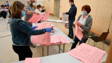 Die vielen Briefwahlstimmen haben dafür gesorgt, dass in manchen Kommunen die Auszählung am Dienstag nicht abgeschlossen werden konnte.  Foto: Wißner