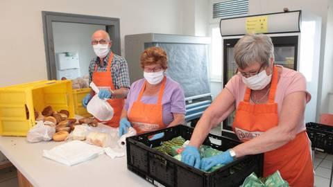 Die Tafel hat wieder geöffnet.Volker Jakob (v.l.), Elke Kiefer und Dagmar Hoch-Kraft sortieren Lebensmittel. Foto: BK/Axel Schmitz