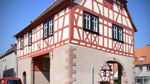 Historisches Schmuckstück. Die Sanierung des alten Rathauses in Lengfeld ist abgeschlossen. Foto: Klaus Holdefehr
