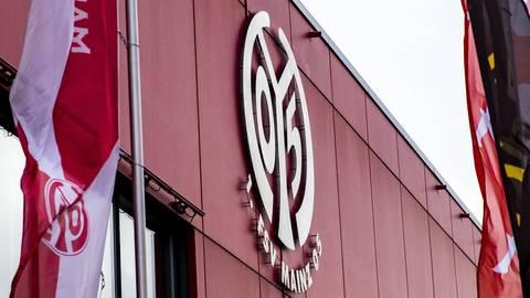 Das Wappen des FSV Mainz 05 an der Fassade der Opel Arena. Foto: Lukas Görlach