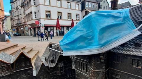 Seit rund einer Woche gilt eine Maskenpflicht in weiten Teilen der Innenstadt von Marburg.  Foto: Björn Wisker