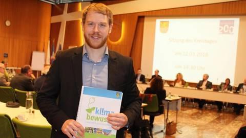 Der Klimaschutzmanager des Landkreises, Simon Haas, stellt dem Kreistag seinen Zwischenbericht vor.  Foto: Simone Mager  Foto: Simone Mager