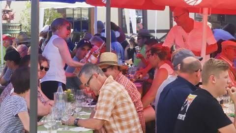 Trotz großer Hitze war es voll bei der Weinprobe im Hornbergerhof anlässlich des VG-Weinfests. Foto: BilderKartell/Andreas Stumpf