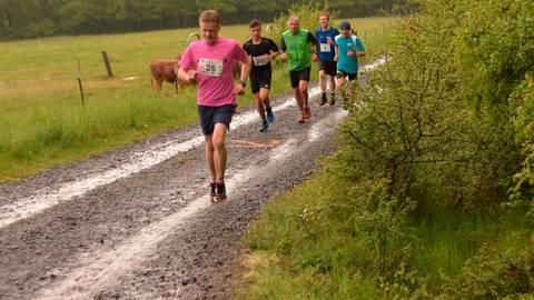 Die Spitzenläufer beim Schlosswaldlauf im Gleichschritt. Dritter von links ist Jens Freese, der bislang letzte Sieger  Foto: Krämer