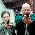 Liz Ritschard (Delia Mayer) und Drogenfahnder Franz Hofstetter (Andreas Krämer), stürmen eine Wohnung.  Foto: ARD Degeto/SRF/Daniel Winkler