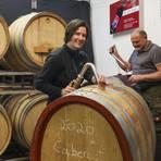 Neuer Wein in neuen Fässern: Lisa und Werner Edling bei der Arbeit am Jahrgang 2020. Foto: Guido Schiek