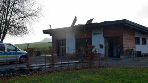 Am Freitagmorgen brennt es am Bürogebäude eines Forstbetriebs in Bieben.  Foto: Krämer