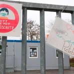 """Die Container am Dorfgemeinschaftshaus im Gladenbacher Stadtteil Runzhausen werden noch länger für den Kindergartenbetrieb genutzt - bis Mai für die Kita """"Pusteblume"""", anschließend für eine neue Krippengruppe.  Foto: Michael Tietz"""