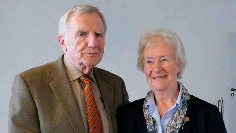 Vorsitzenden Günter Schmitt ehrt Christine Bischof für 25 Jahre Arbeit im Vorstand.  Foto: vhs