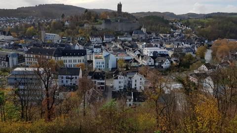 Er ist nicht nur das optische Highlight von Dillenburg: Der Schlossberg mit dem Wilhelmsturm spielt auch bei der Bewerbung der Oranienstadt für die Landesgartenschau 2027 eine wichtige Rolle.  Foto: Christoph Weber