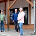 Abschied aus dem Ortsbeirat: Ortsvorsteher Waldemar Steinbring (l.) bedankt sich bei Karlheinz Engel, Werner Geyer und Anja Reuß (v.l.). Foto: Bopp