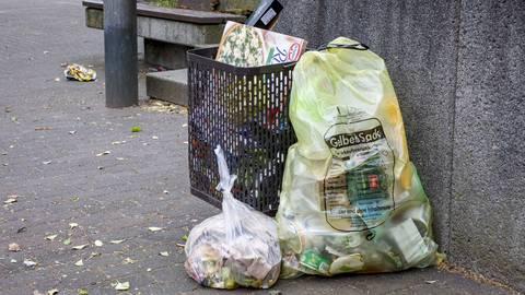 Ob Restmüll, Kunststoff oder auch Säcke mit gebrauchten Windeln: In den öffentlichen Mülleimern im Stadtgebiet wird zunehmend illegal Hausmüll entsorgt. Foto: Harald Kaster
