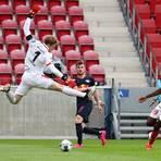 Mehrfach hatte 05-Verteidiger Moussa Niakhaté (rechts) gegen Leipzig-Torjäger Timo Werner (Mitte) das Nachsehen. Foto: dpa