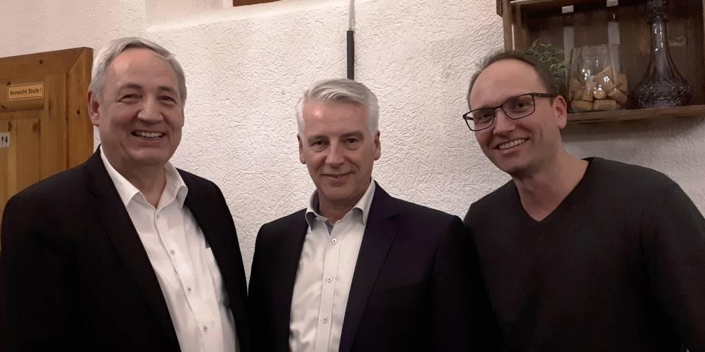 Nach der Kürung: Wahlleiter Thomas Zimmerer (l.) und CDU-Vorsitzender Mattias Stubbe (r.) nehmen den frisch gewählten Bürgermeisterkandidaten Thomas Jimmerthal in ihre Mitte. Foto: Kirsten Strasser