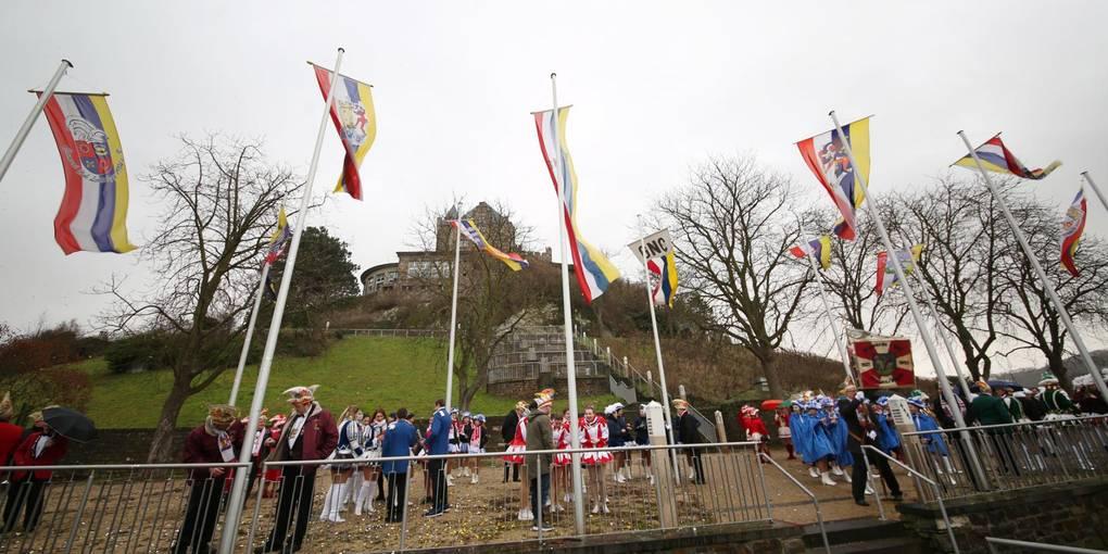 Bingen Lokales / Flaggenhissung der elf Binger Fastnachtsvereine, Foto: Edgar Daudistel